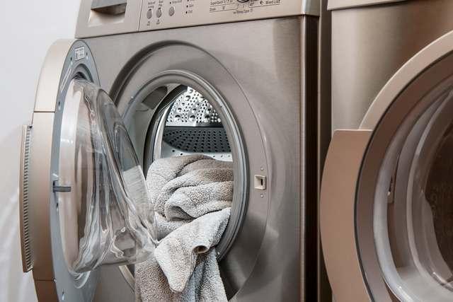 Bagaimana Cara Mencuci Pakaian Yang Ternajisi?