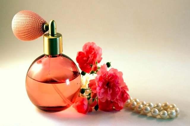 Bagaimana Hukum Wanita Memakai Parfum yang Aromanya Tidak Kuat?