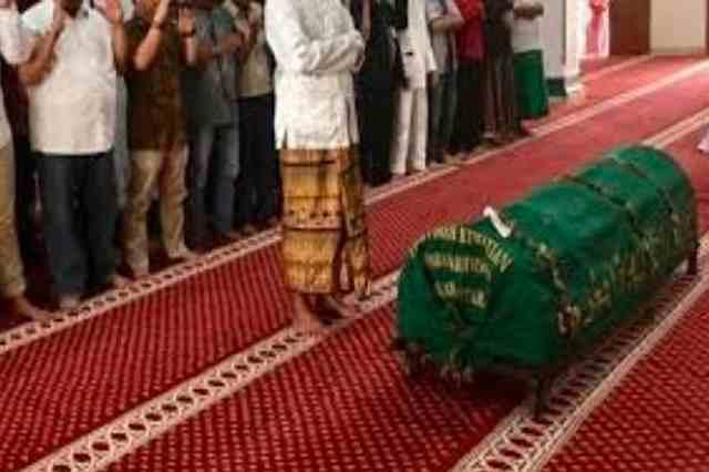 Bolehkah Sholat Fardhu di Masjid, Ketika Ada Jenazah Di Mihrab?