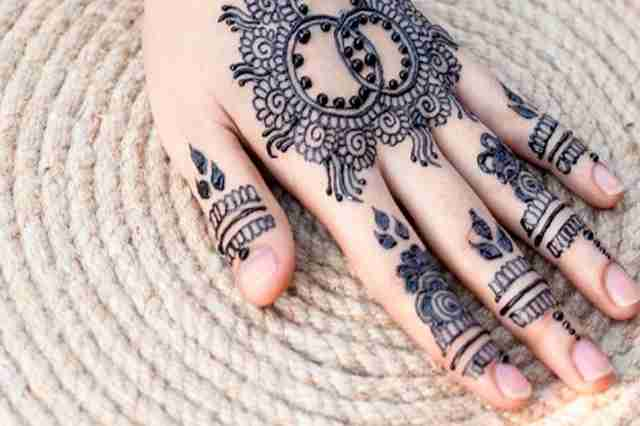 Bolehkah Wanita Memakai Henna Ketika Keluar Rumah?