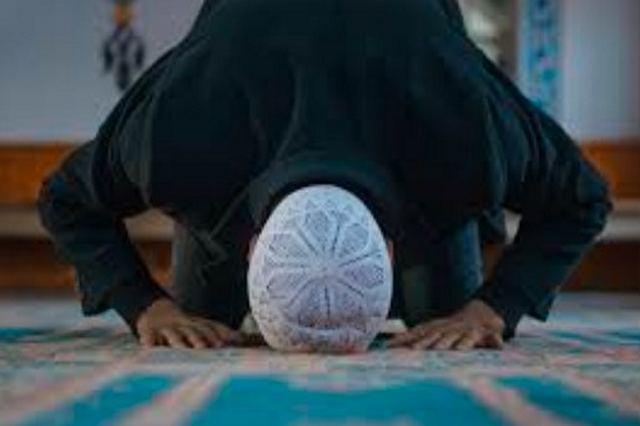 Apakah Boleh Berdoa Dengan Hadits Dha'if Pada Saat Bersujud?